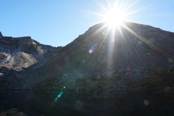 Die Sonne zieht sich hinter der Engelkarspitze zurück.