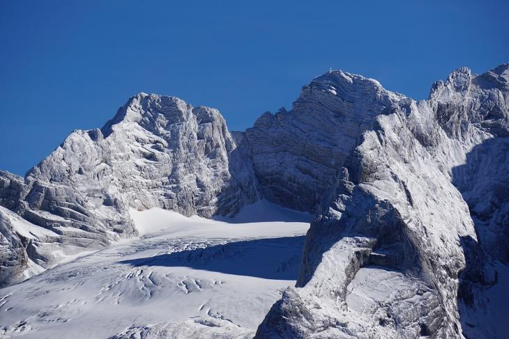 Imposante Gletscherblicke bis zum Gipfelkreuz am Hohen Dachstein.