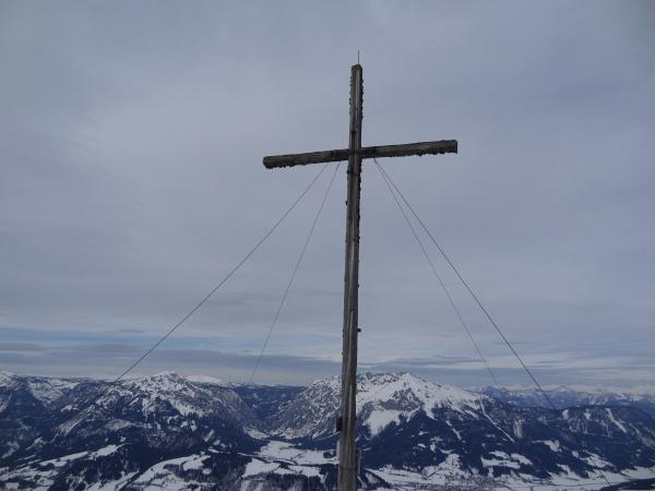 Beim Gipfelkreuz am Kochofen. Im Hintergrund Stoderzinken und Kammspitze