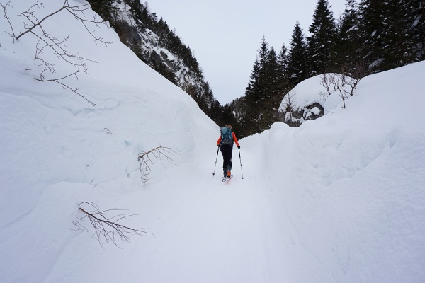 Meterhohe Schneewände am Rande der Öfenstraße