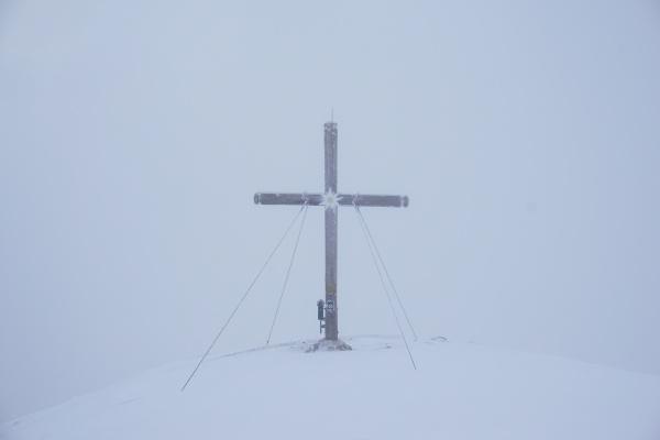 Das Gipfelkreuz am Stoderzinken im dichten Nebel.