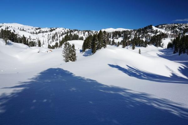 Die Hütten der Plankenalm (links) sind unter den Schneemassen kaum auszumachen. Rechts hinten der Hirzberg.