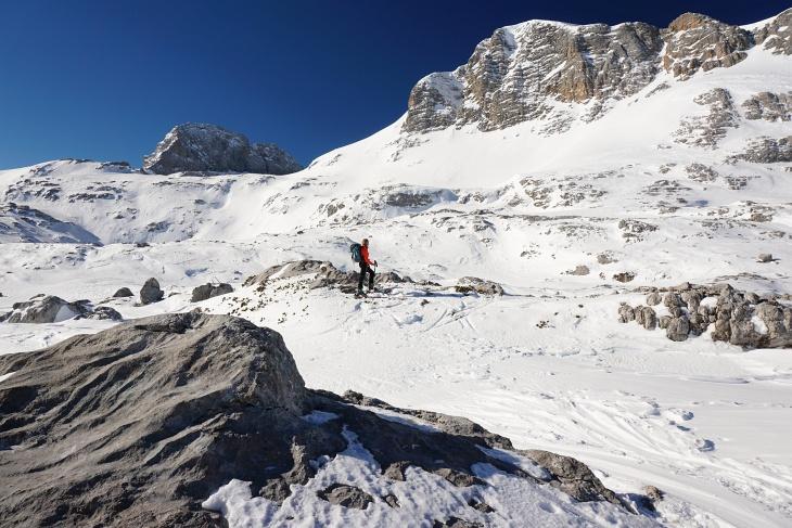 Wir genießen das perfekte Wetter und die großartige Landschaft. Links oberhalb von Ingrid führt die Route zwischen Koppenkarstein und Gjaidstein Richtung Hunerkogel.