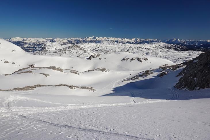 Am Dachsteinplateau. Rechts hinten der Grimming, in Bildmitte im Hintergrund das Tote Gebirge.