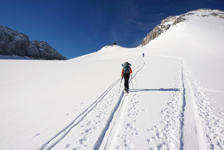 """Wir lassen die Abzweigung zu den Schiliften am Gletscher links liegen und wählen den """"ehrlichen"""" Aufstieg über den Gjaidsteinsattel."""