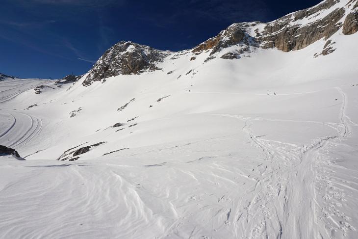 Links das Schigebiet am Schladminger Gletscher, rechts unsere Aufstiegsroute.