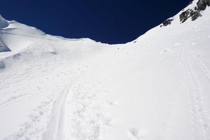 Steiler Aufschwung zum Grat. 2 Skitourengeher haben die Scharte bald erreicht.