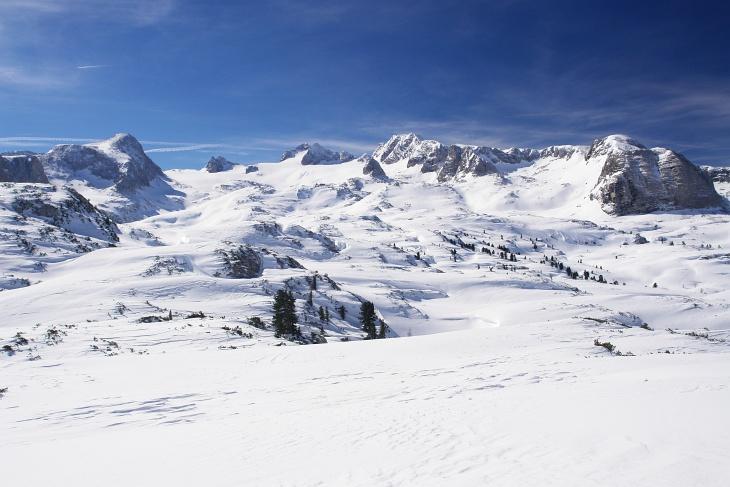 Aufstieg zur Simonyhütte (etwa oberhalb der Bildmitte) neben dem markanten Schöberl.