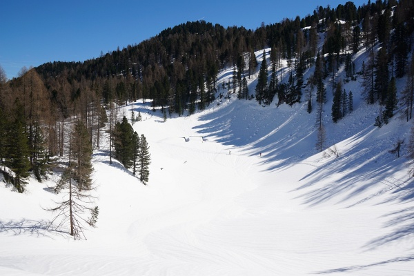 Vorbei an den noch tief eingeschneiten Hütten der Schildenwangalm (links der Bildmitte).