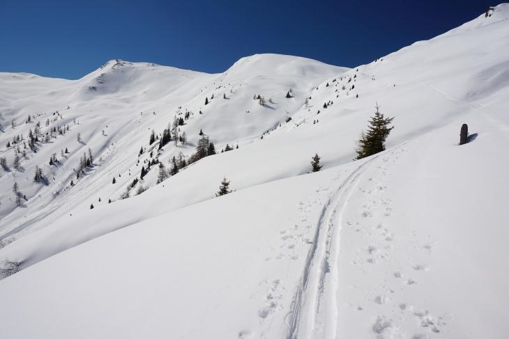 Aufstiegsgelände von der Tofernalm in die Tofernscharte (rechts). Links folgen Finsterkopf und Throneck.