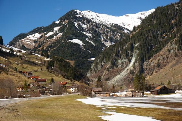 Felssturz (rechts) im Talboden bei Hüttschlag