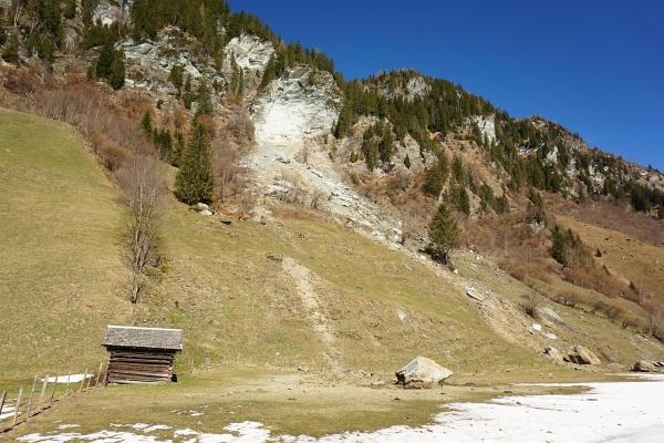 Tonnenschwere Felsblöcke sind bis nahe an die Straße herabgekommen.