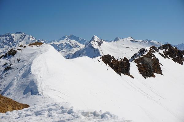Der Aufstieg auf den Kolmkarspitz-Hauptgipfel (ganz links) erfolgt über die steilen Firnhänge auf der rechten Seiten aus dem Kolmkar.