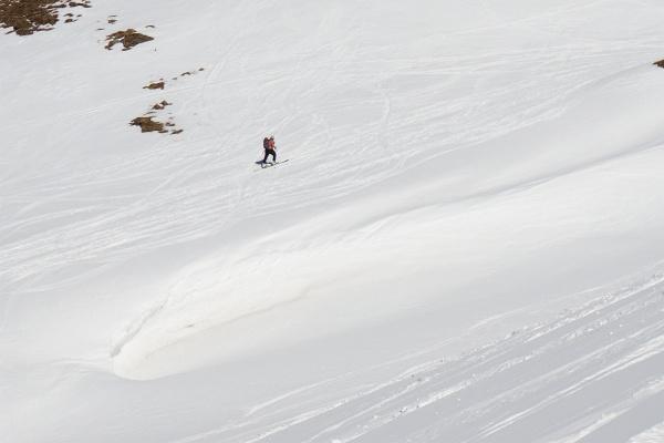 Leibchenloser Aufstieg auf den Kolmkarspitz. Links bereits Butterfirn, rechts noch Pulverschnee.