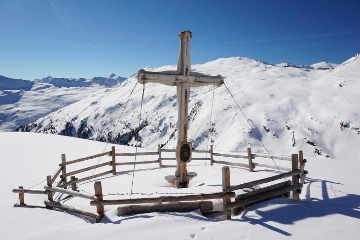 Rechts des Kreuzes im Schwalbenkar erkennt man das weitere Aufstiegsgelände bis zum Silberpfennig.