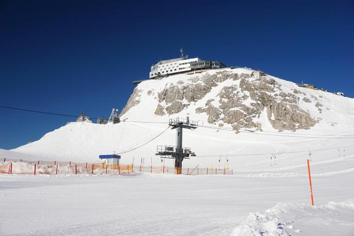 Die Skitour beginnt bei strahlend sonnigem Wetter mit einer Abfahrt von der Bergstation am Hunerkogel.