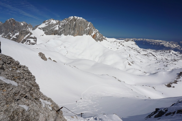 Ausblick vom Ramsauer Klettersteig auf 2 nachkommende Skitourengeher und das Aufstiegsgelände rechts vom Großen Koppenkarstein.