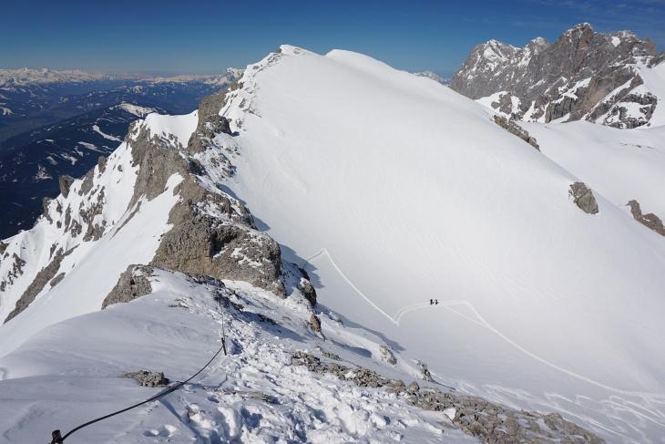 Die letzten Meter auf die Scheichenspitze: Blick über den Ramsauer Klettersteig und auf die nachkommenden Skitourengeher.