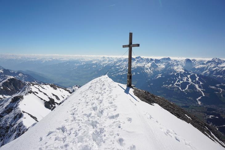 Die letzten Meter zum hohen Gipfelkreuz auf der Scheichenspitze