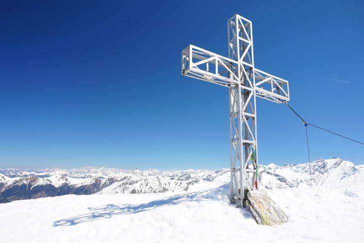Blick vom Kreuzkogel zum ersten Gipfel der Oster-Skitouren: Das Dachsteingebirge mit dem Dreigestirn und der Scheichenspitze links hinten.