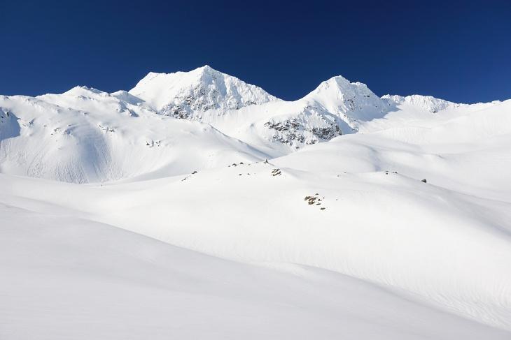 Zunächst Richtung Alteck (links), dann aber über den Rücken nach rechts hinauf. Winzigst klein sind dort 2 Skitourengeher unterwegs.