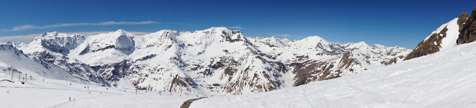 Panoramablick über das Schigebiet und freie Gelände (rechts) in die benachbarte Goldberggruppe mit Schareck, Hohem Sonnblick, Hocharn und Ritterkopf.