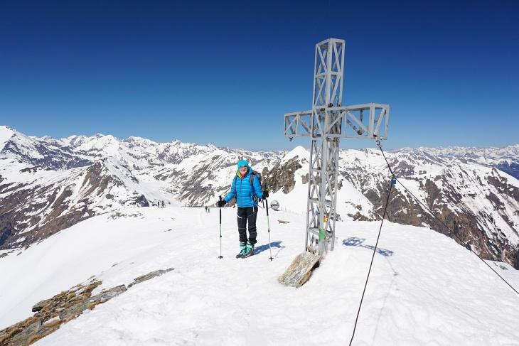 Mit etwas Geduld kann man sogar ganz alleine beim Gipfelkreuz am Kreuzkogel stehen.