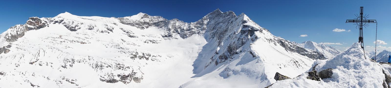 Beim Gipfelkreuz am Medelzkopf - umragt von imponierenden Dreitausendern der Glocknergruppe