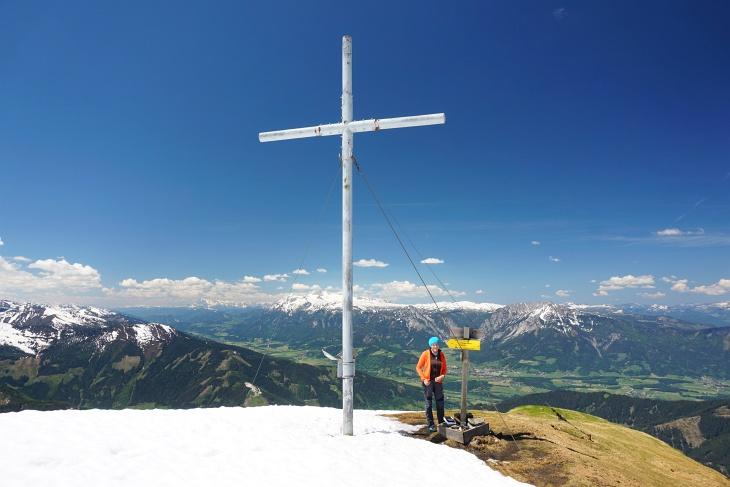 Auch wenn sich das Gröbmingerland vom Gipfelkreuz am Gumpeneck aus schon sehr grün zeigt ...