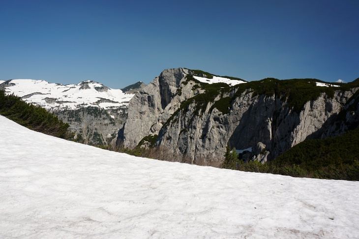 Geschlossene Schneedecke am Plateau zwischen Ahornkogel und Trisselwand