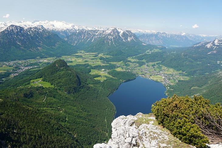 Ausblick von der Trisselwand über den Altausseer See. Links hinten das Dachsteingebirge.