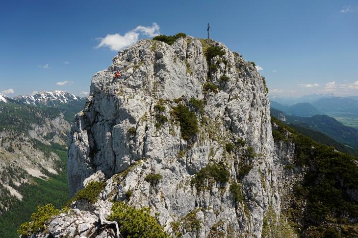 Ingrid in anregender Kletterei (links) kurz unterhalb des großen Gipfelkreuzes am Hechlstein-Ostgipfel