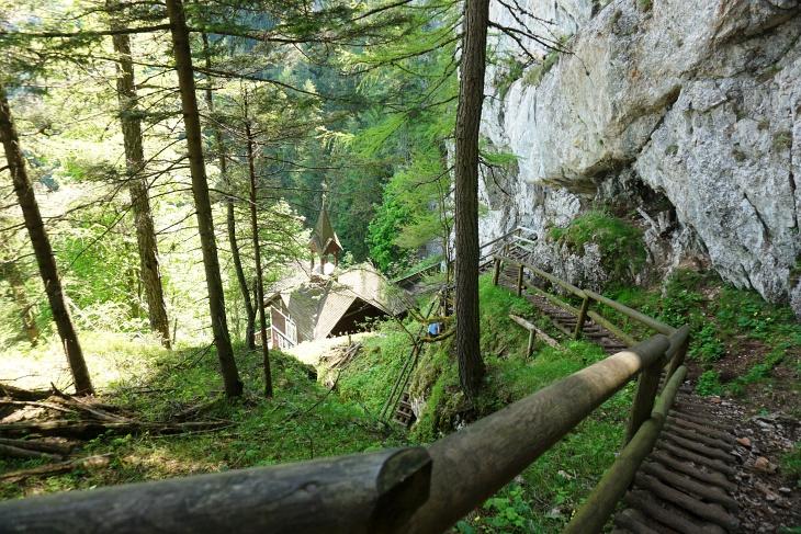 198 Stufen sind es laut einer Tafel hinab zum Kirchlein Schüsserlbrunn (ich habe nicht nachgezählt)