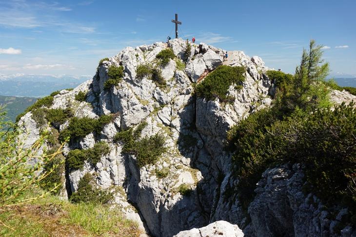 Die letzten Meter zum reichlich bevölkerten Gipfelkreuz am Hochlantsch