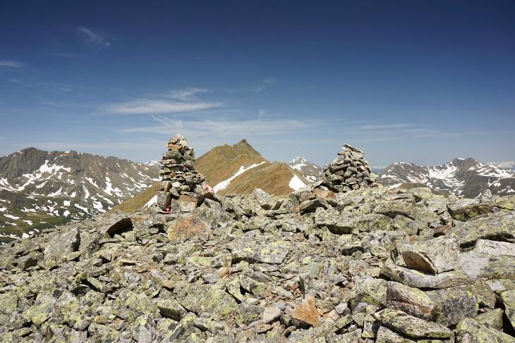 Am Karleck. Zwischen den beiden Steinsäulen erkennt man den Gipfelspitz des Eisenhuts.