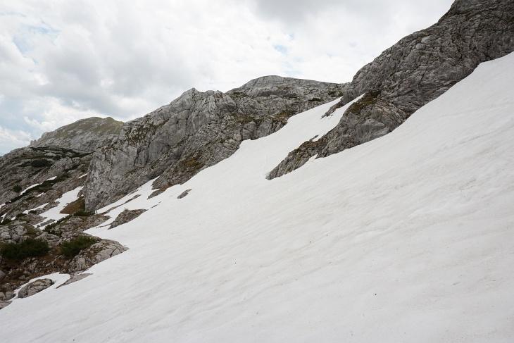 Aufstieg auf kurzen, steileren Schneefeldern im guten Trittfirn.