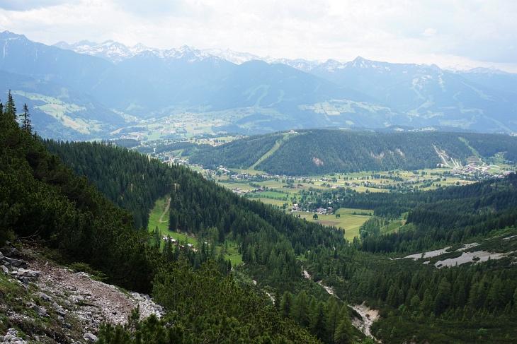 Blick hinab zur Lärchbodenalm (links unten)