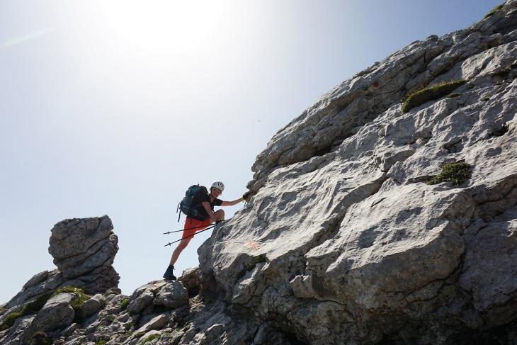 Helm und Klettersteig-Handschuhe können nicht schaden.