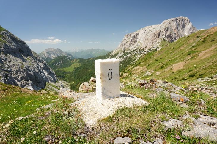 """Etliche Grenzsteine am Wegesrand mit """"Ö´s"""" und """"I´s"""""""