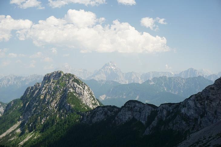 In gar nicht allzu weiter Ferne haben wir bereits neue interessante Gipfel ausgemacht. Ich vermute einmal die Julischen Alpen an der Staatsgrenze Italien-Slowenien.