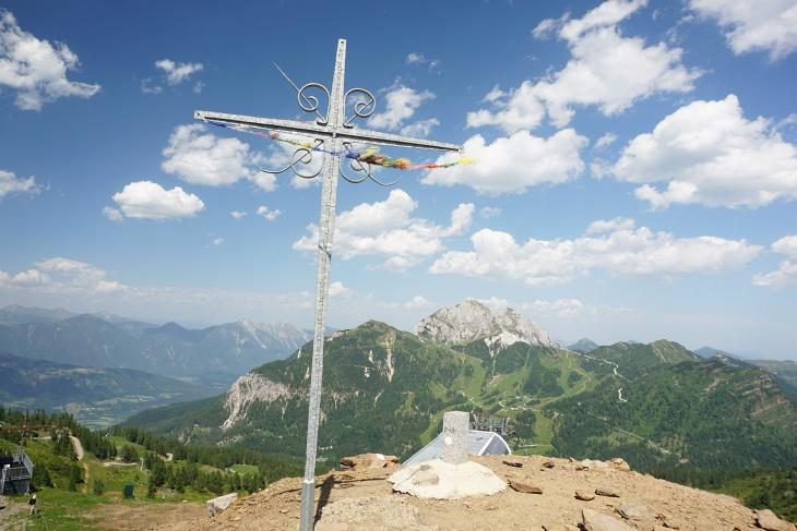 Madritschen-Gipfelkreuz. Im Hintergrund der Gartnerkofel.