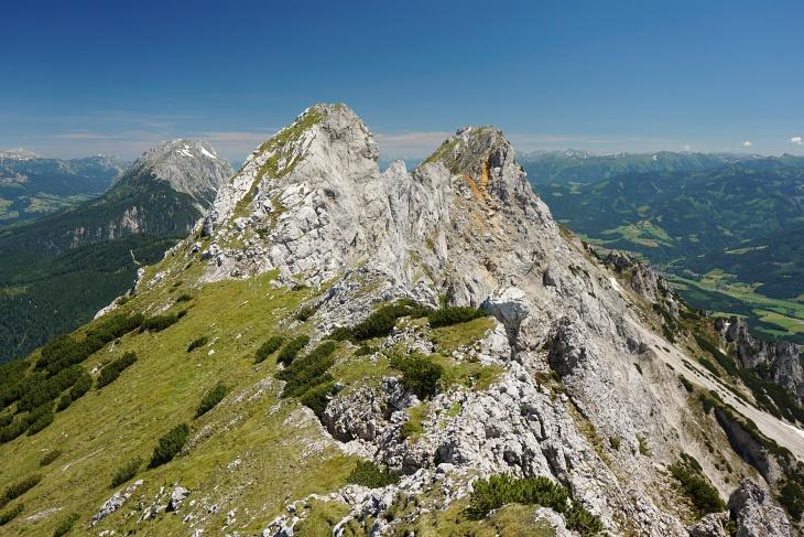 Kammwanderung auf die Mitterspitze. Rechts der zuvor von rechts nach links überschrittene Kammspitz. Links im Hintergrund der Grimming.
