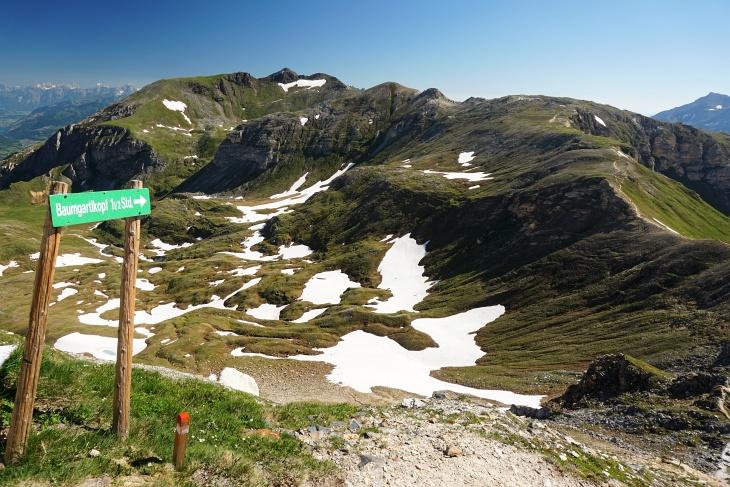 Von der Edelweißspitze auf den Baumgartlkopf (Bildmitte). Der unschwierige Weg verläuft auf der rechten Bildseite.