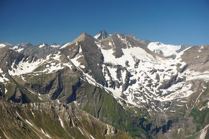 """Immer wieder erhascht man auf dieser Route einen Blick auf ein """"Spitzerl"""" des im Hintergrund liegenden Großglockners. Links davor die auffallend formschöne Pyramide des Sinwellecks."""