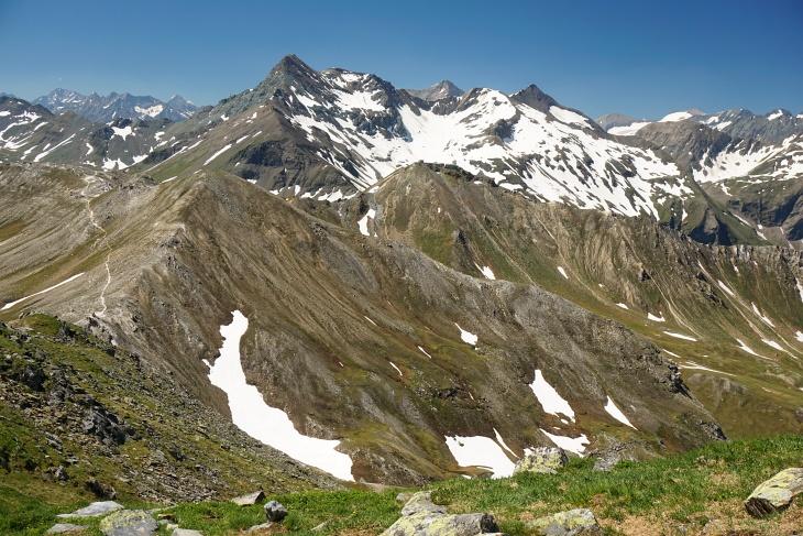 Ausblick vom Baumgartlkopf zu Kendlkopf (links) und Edelweißspitze (Bildmitte). Links hinten der Brennkogel.