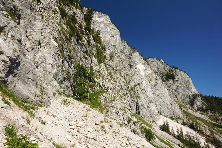 Rechts erkennt man die hellen Felsstellen, wo sich zu Ostern 2019 ein großer Felssturz ereignet hat.