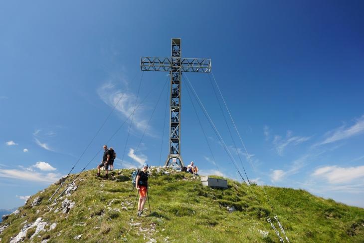 Das 14 Meter hohe Gipfelkreuz am Brunnkogel soll das größte der Ostalpen sein.