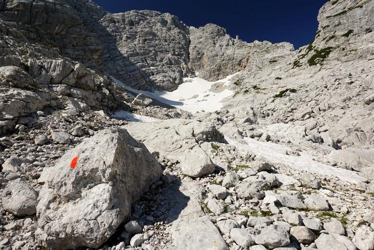 Aufstieg in das schneegefüllte Kar und dann nach rechts in die Einschartung hinauf.