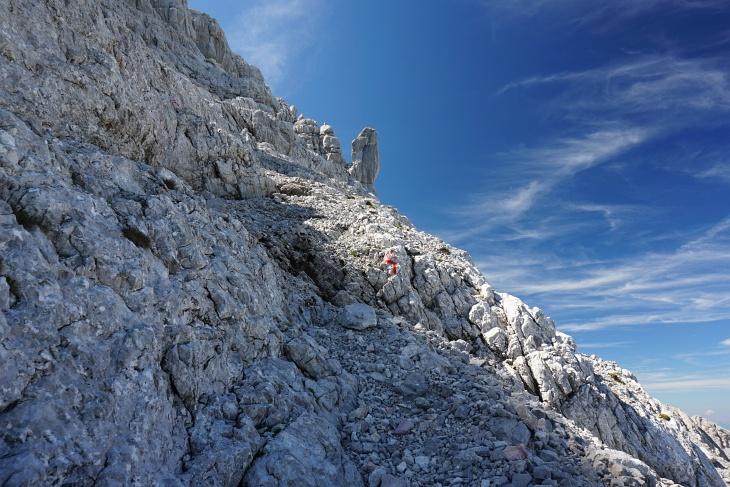 Auf Schuttbändern Richtung Ochsendaumen. Mich hätte die bizarre Felsformation ja an etwas anderes erinnert.