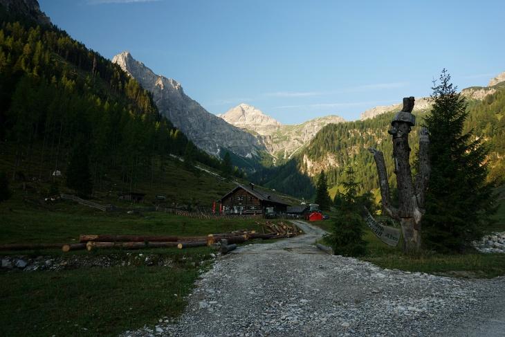 Noch ein langer Weg von den Marbachalmen (im Bild die Prechtlhütte) zum Faulkogel oberhalb der Bildmitte.